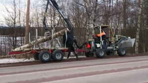 Vår nya traktor, klarar både snöskottning och vedkörning